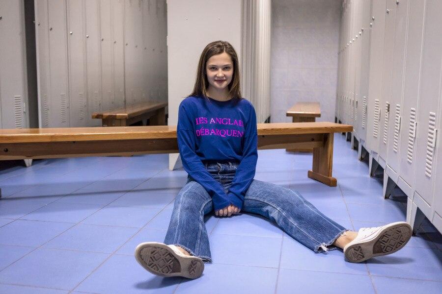 Tjej sittandes på golvet i omlädningsrum