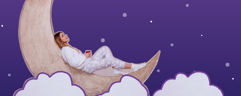 Imagen de una chica recostada sobre la luna sobre un fondo de estrellas - Saba