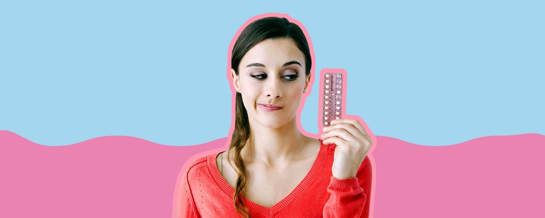 Imagen de una chica con sus anticonceptivo hormonal sobre un fondo celeste y rosa - Saba